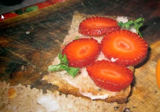 Truskawkowa kolacja (zdjęcie słabe, ale kanapki za szybko znikają;)).