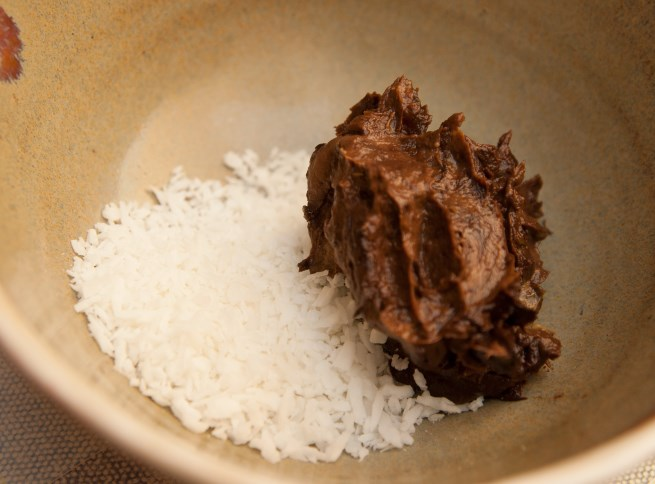 Wegański mus czekoladowy z awokado. Dobrze komponuje się z wiórkami kokosowymi...