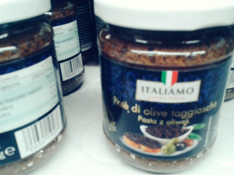 Włoska pasta z ciemnych oliwek - aż mi się ręka zatrzęsła z wrażenia;)