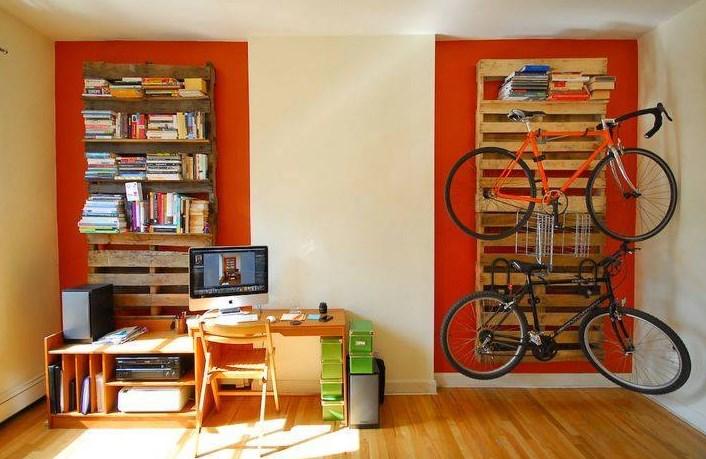 Półki na książki i wieszak na rowery z palet.