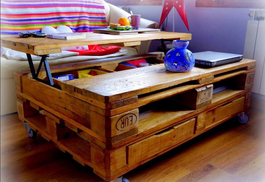 Pomysłowy stolik na kawę, na kółkach - również konstrukcja z palet drewnianych.