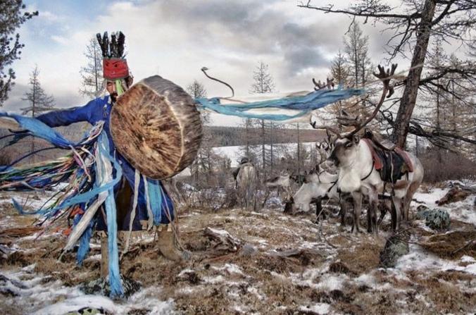 Przez  lata żyli z dala od cywilizacji i tzw. turystyki. Teraz ludzie zaczynają odwiedzać plemię, by poznać ich kulturę i sztukę.