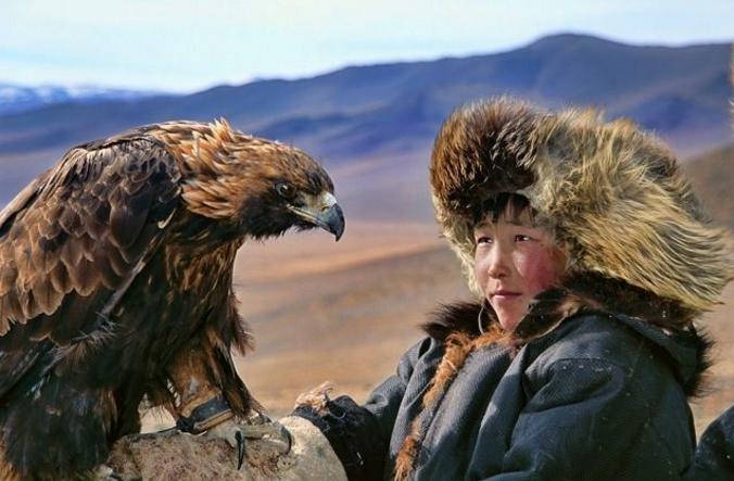 Dukha trenują złote orły, by pomagaly w polowaniach.