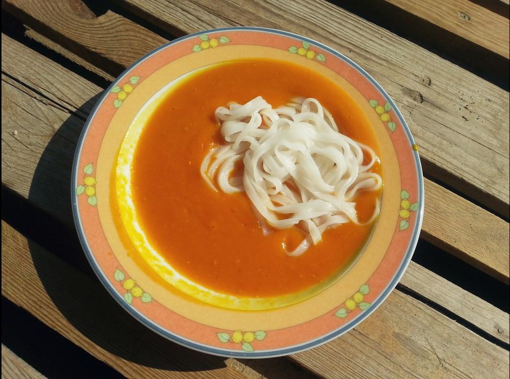 Dynia hokkaido - zupa z dodatkiem pomidorów i makaronu ryżowego