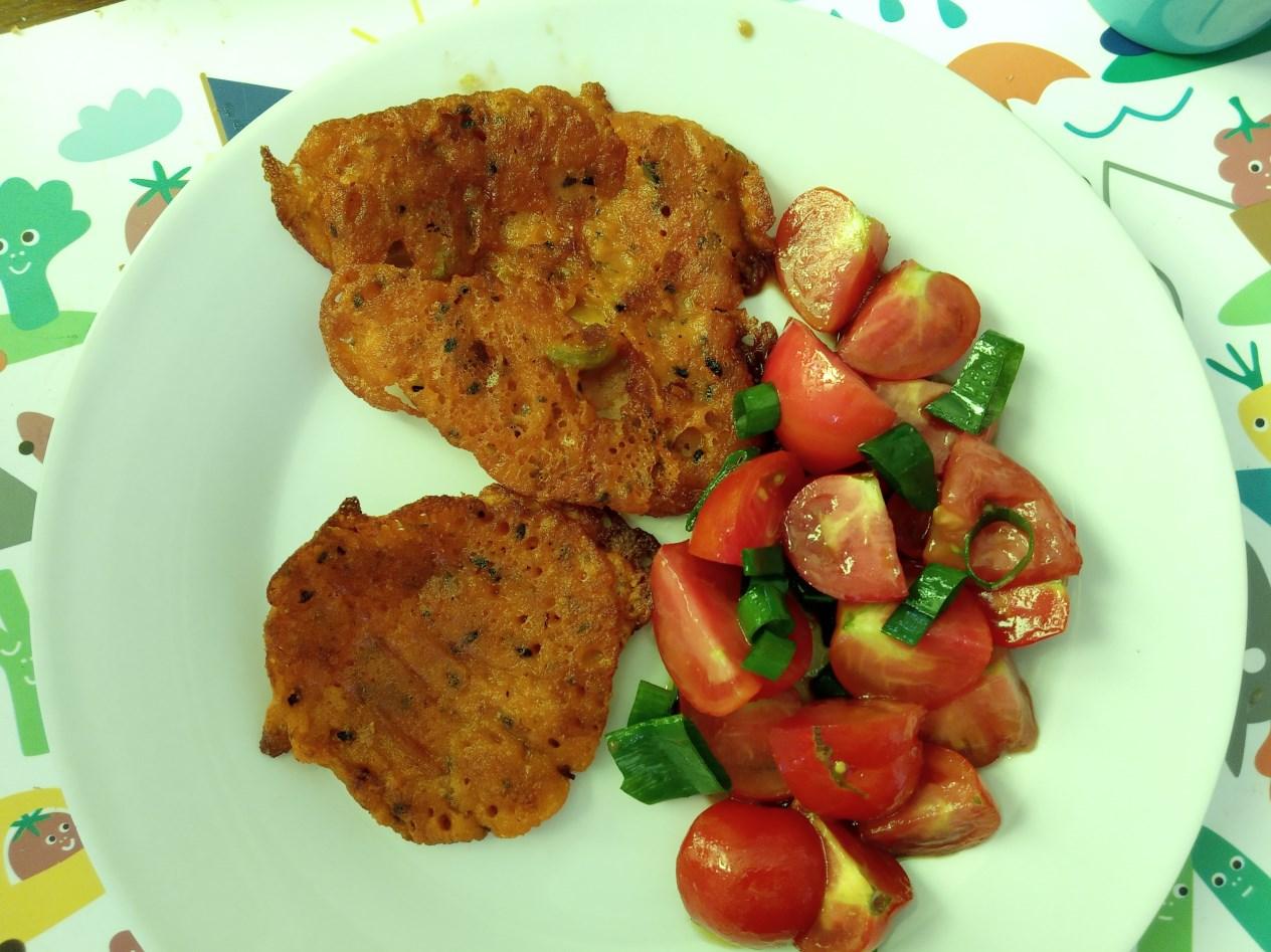 Wegańskie placuszki z pomidorkami z ogródka.